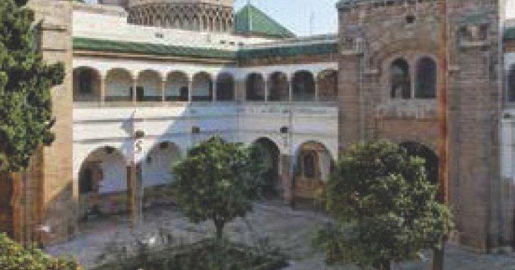 Cour intérieure de la Mahkama. Remarquer la très belle perspective que dessinent, au loin, les quatre tours recouvertes de tuiles vertes vernissées.