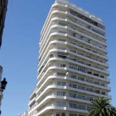 Cet immeuble de seize étages (1952, Jacques Guyon) présente un spectaculaire jeu de balcons filants en ruban. L'appellation « Villas Paquet » fait référence aux nombreuses dépendances et services dont disposent les appartements qui apparentent ces derniers à des maisons individuelles.