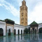 Vue du patio de la mosquée Mohammed Ben Youssef (1936, Auguste Cadet). Inspirée de la Qaraouiyine, le bâtiment est un chef-d'œuvre de justesse dans les proportions, de science et de délicatesse dans l'ornement.